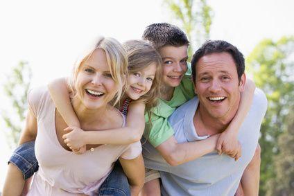 lachende Familie nach der Therapie MUTARI-Methode