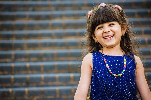 Mädchen glücklich weil Mutismus überwunden Praxis Emmerling half